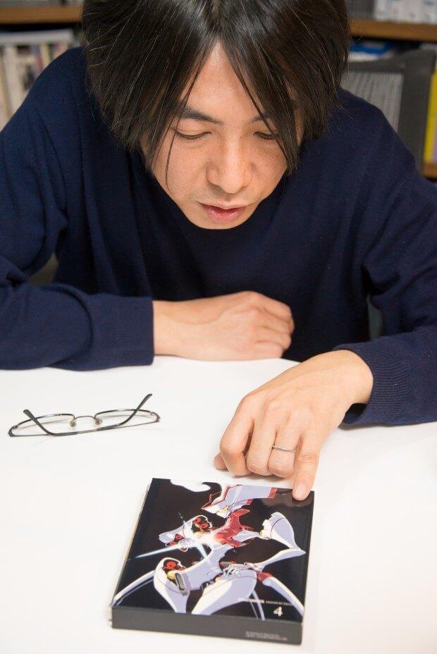 コヤマさんのデザインしたアニメ『STAR DRIVER』に登場するサイバディを見ながら話す草野さん