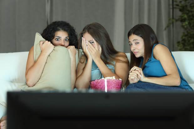 【ザ・夏の納涼】怖いっ! でも…盛り上がる。真夏の夜に「ホラー映画鑑賞お泊り会」を楽しもう