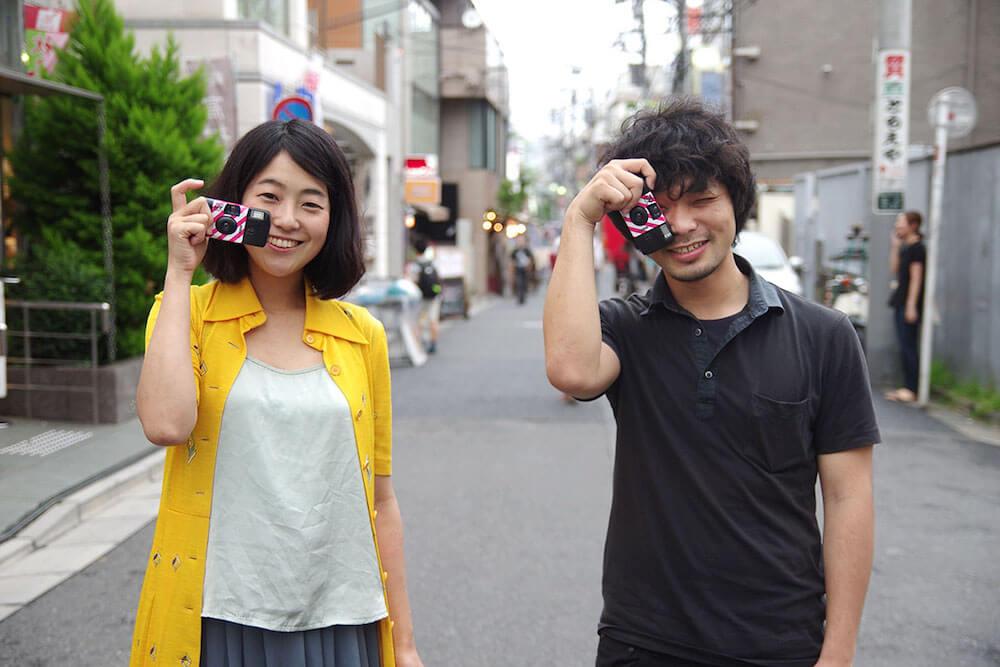 「歩きスマホ」するくらいなら、インスタントカメラを片手に街歩き! 写真家・安藤きをくさんと下北沢の街を歩いてみた