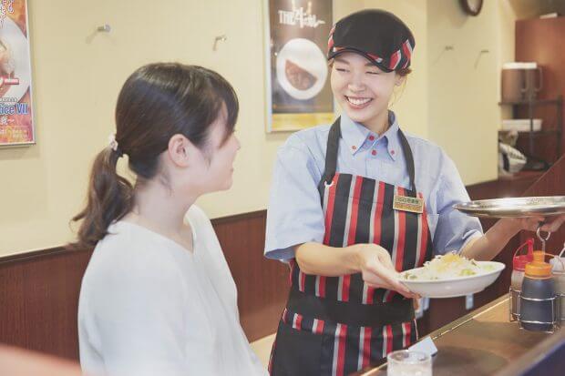 """「カレーハウスCoCo壱番屋」全国接客コンテスト日本一に聞く! 『接客はお客様を観察することが大事。""""状況を把握するスキル""""が身に付きます』【バイトの達人】"""