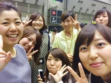 同世代が多く,笑顔が絶えない職場です!写真は東京研修の様子☆