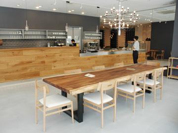 洗練された空間と良質なインテリアのキレイなカフェ。