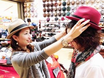 「この帽子も可愛いですよ!」オシャレも接客も楽しめるお店★